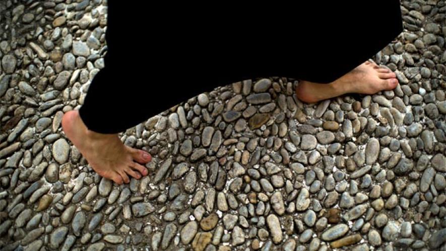 Pies descalzos en una procesión de Semana Santa, por damas 17 podologia
